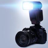 Κάμερα DSLR με τη λάμψη στοκ εικόνες