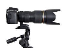 Κάμερα DSLR με το ζουμ lense σε ένα τρίποδο Στοκ Εικόνες