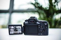 Κάμερα DSLR με το φακό Στοκ φωτογραφίες με δικαίωμα ελεύθερης χρήσης