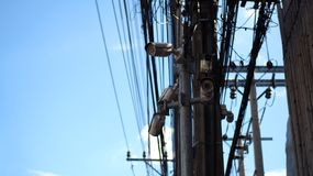 Κάμερες δημόσια ασφαλείας με τα ηλεκτρικά καλώδια στοκ φωτογραφίες