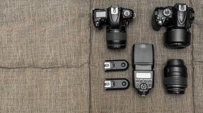 Κάμερες λάμψης και άλλος εξοπλισμός στην επιφάνεια Στοκ Εικόνες