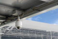 Κάμερες CCTV κινηματογραφήσεων σε πρώτο πλάνο στη στέγη Στοκ Φωτογραφίες