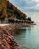 Κάμπτοντας ακτή Garda στοκ εικόνες