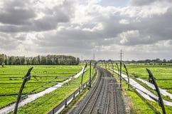 Κάμπτοντας γραμμή σιδηροδρόμων σε ένα ολλανδικό πόλντερ στοκ φωτογραφία με δικαίωμα ελεύθερης χρήσης