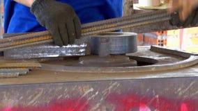 Κάμπτοντας μηχανή μετάλλων σε ένα σύγχρονο εργοτάξιο οικοδομής σε αργή κίνηση Slowmo φιλμ μικρού μήκους