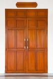κάμπτοντας πόρτα ξύλινη Στοκ φωτογραφία με δικαίωμα ελεύθερης χρήσης