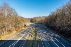 Κάμψη στο δρόμο σε μια κενή εθνική οδό, χωρίς τα αυτοκίνητα ή τους αυτοκινητιστές στη θέα στοκ φωτογραφία