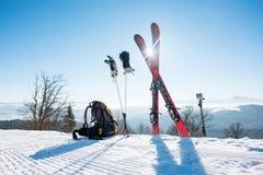 Κάνει σκι να κάνει σκι πόλοι και σακίδιο πλάτης στο βουνό Στοκ Φωτογραφία