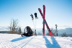 Κάνει σκι να κάνει σκι πόλοι και σακίδιο πλάτης στο βουνό Στοκ Φωτογραφίες