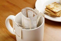 Κάνει τον καφέ από τη σταλαγματιά να παρασκευάσει με το μπισκότο στοκ φωτογραφίες