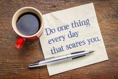 Κάνετε ένα πράγμα που κάθε μέρα σας φοβίζει - έννοια πετσετών Στοκ Εικόνες