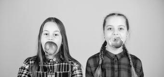 Κάνετε ή η διατροφή, τρώει δεξιά για μελλοντικό φωτεινό Μικρά παιδιά που επιλέγουν την οργανική διατροφή Ανατροφή των υγιών παιδι στοκ εικόνες