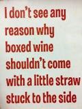 Κάνετε μια διασκέδαση για τους ανθρώπους που αγοράζουν το εγκιβωτισμένο κρασί στοκ εικόνα