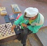 Κάνετε μια κίνηση σε ένα παιχνίδι σκακιού Στοκ Εικόνες