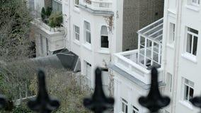 Κάνετε πανοραμική λήψη προς τα πάνω, τραβήξτε την εστίαση από τα παλαιά βικτοριανά κιγκλιδώματα σιδήρου σε ένα σπίτι του Λονδίνου απόθεμα βίντεο
