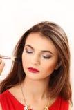 Κάνετε στο νέο κορίτσι ένα makeup Στοκ Φωτογραφίες