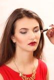 Κάνετε στο νέο κορίτσι ένα makeup στοκ εικόνες