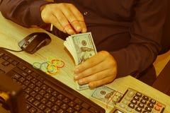 Κάνετε τα χρήματα να κερδίσουν τα μετρητά app Καταστήστε τα χρήματα εύκολο σε απευθείας σύνδεση Στοκ φωτογραφία με δικαίωμα ελεύθερης χρήσης