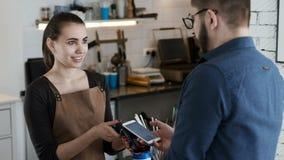 Κάνετε την πληρωμή τραπεζών τηλεφωνικώς στο σπίτι καφέ απόθεμα βίντεο