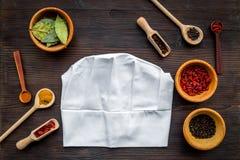Κάνετε τις επιλογές ή γράψτε τη συνταγή Χλεύη επάνω για τις επιλογές ή τη συνταγή Κύριο καπέλο κοντά στα καρυκεύματα και ingerdie Στοκ Εικόνες