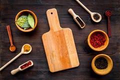Κάνετε τις επιλογές ή γράψτε τη συνταγή Χλεύη επάνω για τις επιλογές ή τη συνταγή Ξύλινος τέμνων πίνακας κοντά στα καρυκεύματα κα Στοκ εικόνα με δικαίωμα ελεύθερης χρήσης