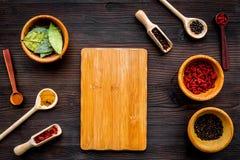 Κάνετε τις επιλογές ή γράψτε τη συνταγή Χλεύη επάνω για τις επιλογές ή τη συνταγή Ξύλινος τέμνων πίνακας κοντά στα καρυκεύματα κα Στοκ Εικόνες