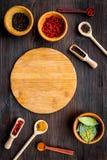 Κάνετε τις επιλογές ή γράψτε τη συνταγή Χλεύη επάνω για τις επιλογές ή τη συνταγή Ξύλινος τέμνων πίνακας κοντά στα καρυκεύματα κα Στοκ φωτογραφία με δικαίωμα ελεύθερης χρήσης