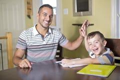 κάνετε τον πατέρα που βοηθά το γιο εργασίας Ο γονέας βοηθά το παιδί του Στοκ Φωτογραφία