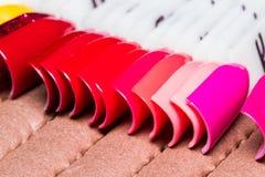 κάνετε το καρφί να γυαλίσει τα προϊόντα επάνω Στιλβωτική ουσία πηκτωμάτων Στιλβωτική ουσία καρφιών στα διαφορετικά χρώματα άκρες Στοκ Εικόνες
