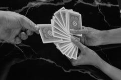 Κάνετε το μαγικό τέχνασμα επιλέγει την κάρτα σας στοκ φωτογραφία