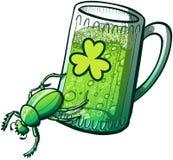 Κάνθαρος ημέρας του ST Paddys που ωθεί ένα ποτήρι της μπύρας Στοκ Εικόνες