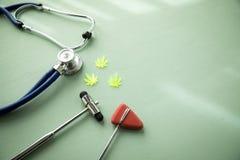 Κάνναβη CBD μαριχουάνα καννάβεων ως δολοφόνο πόνου ή ιατρική θεραπεία στο γραφείο γιατρών νευρολόγων με το ανακλαστικά σφυρί και  στοκ εικόνες