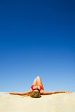 κάνοντας ηλιοθεραπεία γυναίκα Στοκ Φωτογραφίες