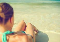 κάνοντας ηλιοθεραπεία νεολαίες γυναικών Στοκ Εικόνα