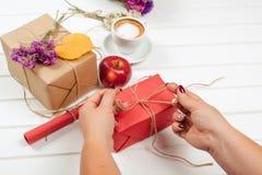 Κάνοντας και διακοσμήστε το χειροποίητο κιβώτιο δώρων στο υπόβαθρο φθινοπώρου στοκ εικόνες