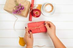 Κάνοντας και διακοσμήστε το χειροποίητο κιβώτιο δώρων στο υπόβαθρο φθινοπώρου στοκ φωτογραφία