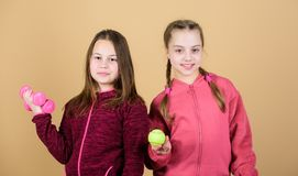 Κάνοντας οποιο δήποτε θέλουν Αθλητική επιτυχία γυμναστική workout των κοριτσιών εφήβων Ρακέτα και σφαίρα αντισφαίρισης για τη δρα στοκ εικόνες