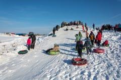 Κάνοντας πατινάζ από μια φωτογραφική διαφάνεια χιονιού στη χειμερινή διασκέδαση φεστιβάλ σε Uglich, Στοκ φωτογραφίες με δικαίωμα ελεύθερης χρήσης
