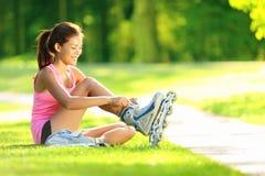 κάνοντας πατινάζ γυναίκα πάρκων στοκ φωτογραφία με δικαίωμα ελεύθερης χρήσης