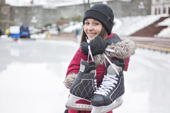 Κάνοντας πατινάζ ζεύγος πάγου που έχει τη χειμερινή διασκέδαση στα σαλάχια πάγου Στοκ Εικόνα