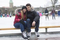 Κάνοντας πατινάζ ζεύγος πάγου που έχει τη χειμερινή διασκέδαση στα σαλάχια πάγου Στοκ Φωτογραφία