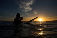 Κάνοντας σερφ άτομο με το μωρό Στοκ φωτογραφία με δικαίωμα ελεύθερης χρήσης