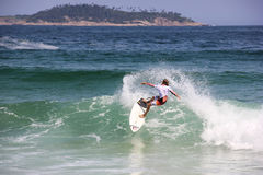 Κάνοντας σερφ αγόρι στην παραλία Arpoador στο Ρίο ντε Τζανέιρο Στοκ Φωτογραφίες