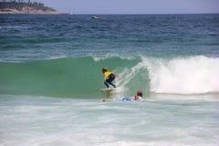 Κάνοντας σερφ αγόρι στην παραλία Arpoador στο Ρίο ντε Τζανέιρο Στοκ εικόνες με δικαίωμα ελεύθερης χρήσης