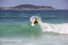 Κάνοντας σερφ αγόρι στην παραλία Arpoador στο Ρίο ντε Τζανέιρο Στοκ φωτογραφίες με δικαίωμα ελεύθερης χρήσης