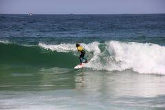 Κάνοντας σερφ αγόρι στην παραλία Arpoador στο Ρίο ντε Τζανέιρο Στοκ Εικόνα