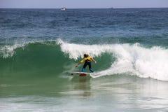 Κάνοντας σερφ αγόρι στην παραλία Arpoador στο Ρίο ντε Τζανέιρο Στοκ φωτογραφία με δικαίωμα ελεύθερης χρήσης