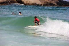 Κάνοντας σερφ αγόρι στην παραλία Arpoador στο Ρίο ντε Τζανέιρο Στοκ Εικόνες