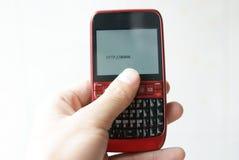 Κάνοντας σερφ Διαδίκτυο με ένα κινητό τηλέφωνο Στοκ Φωτογραφία