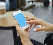 Κάνοντας σερφ Διαδίκτυο με το κινητό τηλέφωνο Στοκ εικόνες με δικαίωμα ελεύθερης χρήσης
